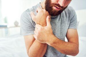 Jak radzić sobie z zespołem cieśni nadgarstka? Leczenie nieoperacyjne i alternatywne metody terapii