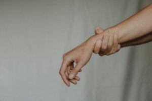 Drętwienie palców lewej ręki – dowiedz się, dlaczego odczuwasz mrowienie w palcach